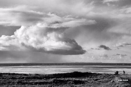 Wolkenpartij boven de Waddenzee