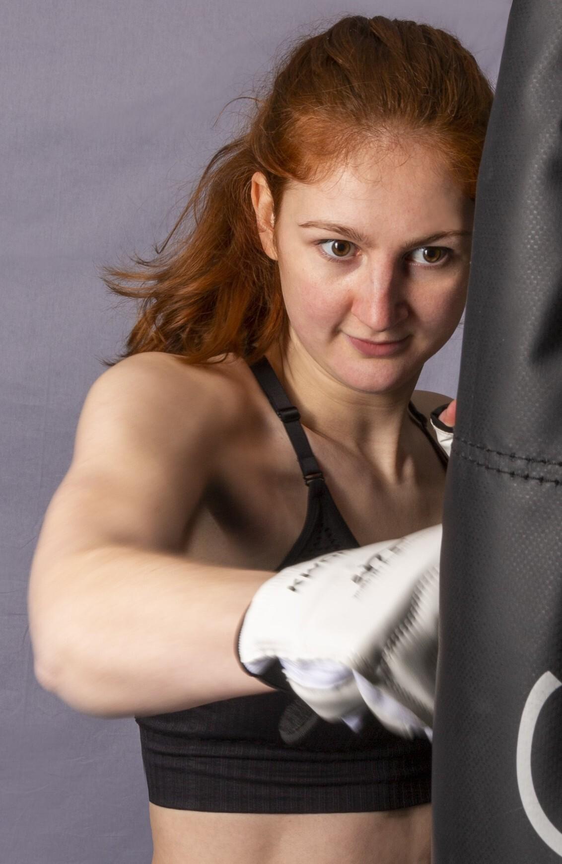 Stootkracht - Fotograferen tijden een bokszak training. - foto door Rohan600 op 05-04-2021 - deze foto bevat: sport, portret, actie, stoten, bokszak