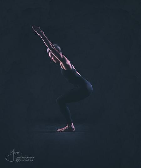 Pose I - Deze shoot met Irma was erg leuk en mooi om te doen. Ze wou graag 2 soorten foto's; een serie met body balance / yoga -achtige poses en een serie met - foto door jeroenadema op 09-03-2017 - deze foto bevat: vrouw, mensen, donker, soft, licht, portret, schaduw, model, flits, dans, haar, meisje, beauty, emotie, pose, glamour, highkey, studio, blond, lichaam, benen, rust, fotoshoot, kalmte, balans, artistiek, armen, flitser, lowkey, yoga, lijf, namaste