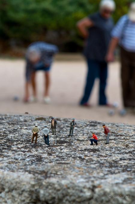 Boules - Ook kleine mensjes houden op 16.00u hun apert en een spelletje jeu de boules als ze op welverdiende vakantie zijn. - foto door sabbe op 15-01-2016 - deze foto bevat: miniatuur, mini, figuurtje, Teenyweenies, SabrinaM, peiser
