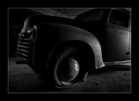 lekke band.... - Op een urbexlocatie trof ik een paar oldtimers aan...... Enorm kicken om een garagedeur open te trekken en een paar van die prachtige auto's aan te  - foto door lidewijvandijk op 25-01-2010 - deze foto bevat: oldtimer, urbex