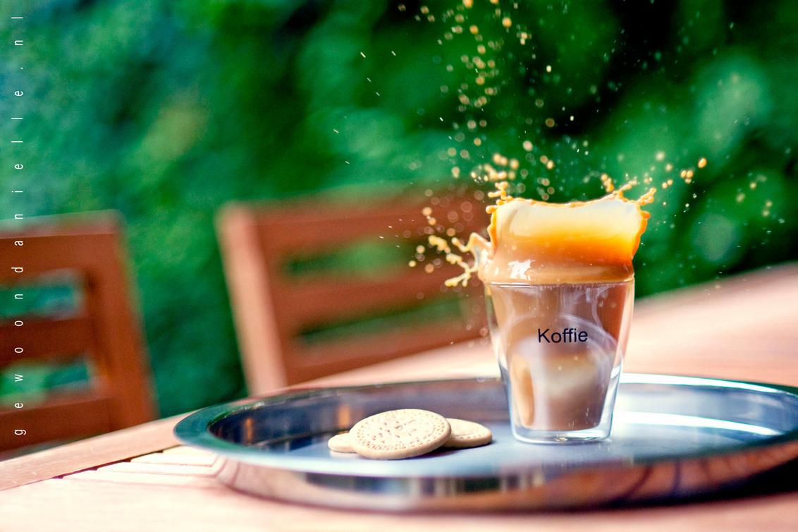 Mondaymorning. - Een eerste experimentje met koffie.  Ik heb twee foto's gemaakt, waarvan dit er dus eentje is. De ISO enorm hoog gezet, omdat er niet veel licht mee - foto door mycreativity op 18-10-2010 - deze foto bevat: kleur, nikon, koffie, splash, danielle, dof, scherpte, spetters, onscherpte, nikkor, compostie, d700, van eerden, gewoondanielle.nl, 85mm f1.8, easy like monday morning, mondaymorning