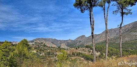 Zicht op Guadalest.... - Guadalest is een plaats in het gelijknamige dal waar ook een groot stuwmeer is in de prov. Alicante. Het oude dorp ligt hoog op de rotsen.  Bedankt - foto door ocelot_zoom op 09-10-2020 - deze foto bevat: panorama, natuur, landschap, bomen, bergen, spanje, nicojo