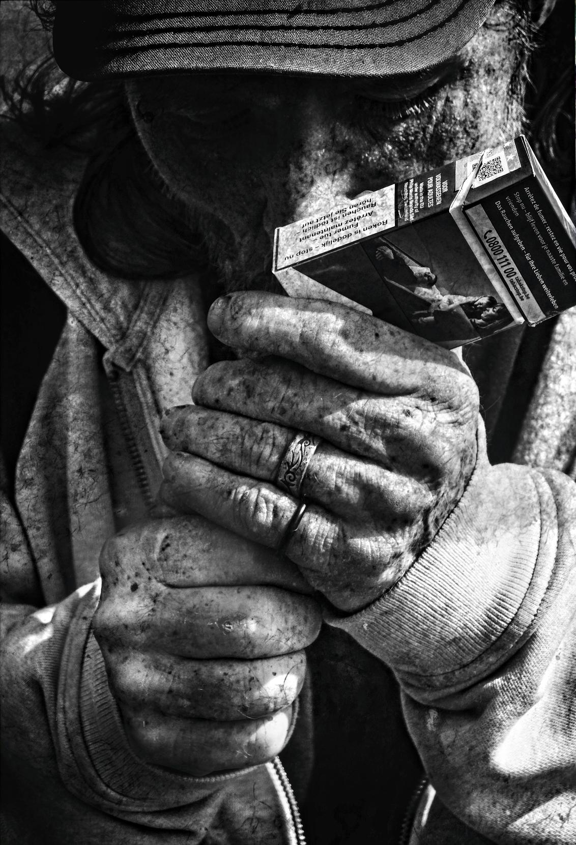 Smoren - groot zien aub  Smoren is het Antwerps voor roken  met toestemming - foto door c.buitendijk53 op 13-01-2021 - deze foto bevat: man, straat, stad, antwerpen, zwartwit, roken, straatfotografie, smoren, met toestemming