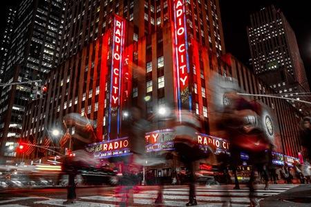 The city that never sleeps - Alles blijft maar gaan, de mensen, lichtjes, bedrijvigheid en het geeft je een gevoel dat je het als Nederlander toch niet zo slecht heb. - foto door Ferrykrauweel op 16-01-2019 - deze foto bevat: architectuur, reizen, stad, amerika, newyork, straatfotografie, toerisme, radiocity