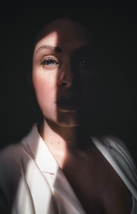Door een kiertje - - - foto door Ogenblikfoto op 01-03-2021 - deze foto bevat: vrouw, donker, kleur, licht, portret, schaduw, zelfportret, daglicht, ogen, emotie, closeup, Selfie