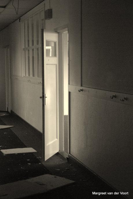 Open deur in verval