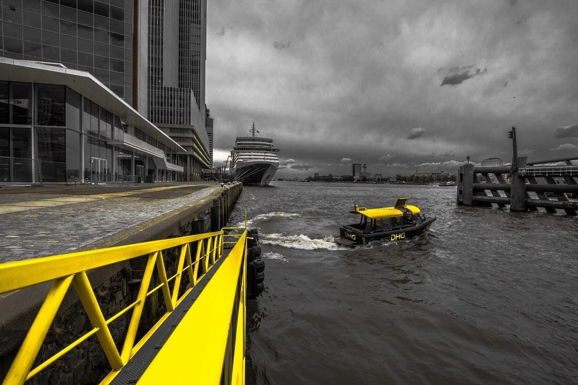 Rotterdam en zijn watertaxi's - Beetje NYC style fotografie met enkel de taxi's die gekleurd zijn. - foto door Sjvdp op 17-02-2020 - deze foto bevat: lucht, kleur, reizen, stad, toerisme
