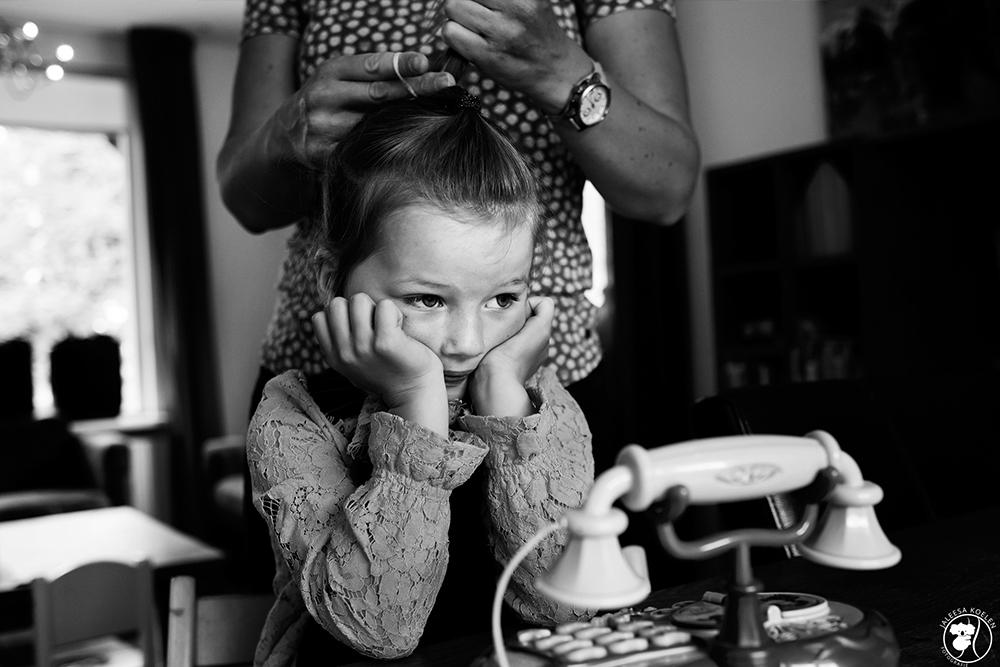 Als je haar maar goed zit! - Tijdens een Day in the Life reportage. - foto door JaleesaKoelen op 06-07-2020 - deze foto bevat: donker, portret, liefde, daglicht, kind, kinderen, haar, meisje, lief, beauty, zwartwit, emotie, blond, photoshop, 50mm, 35mm, dayinthelife