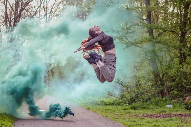 Rook fotoshoot met model - Dit mooie portret is gemaakt van een danseres. De rook en de pose maken het portret af.  Tips zijn altijd welkom - foto door alexandra_solleveld_22 op 27-02-2021 - deze foto bevat: groen, natuur, portret, schiedam, fotoshoot