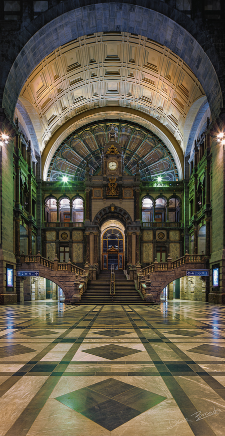 MDCCCCV - De ontvangsthal van de spoorwegkathedraal in Antwerpen is van een ongekend niveau. Wat een schitterend bouwwerk! - foto door daveenrenee op 24-02-2020 - deze foto bevat: oud, station, licht, avond, architectuur, antwerpen, belgie, hdr, lange sluitertijd