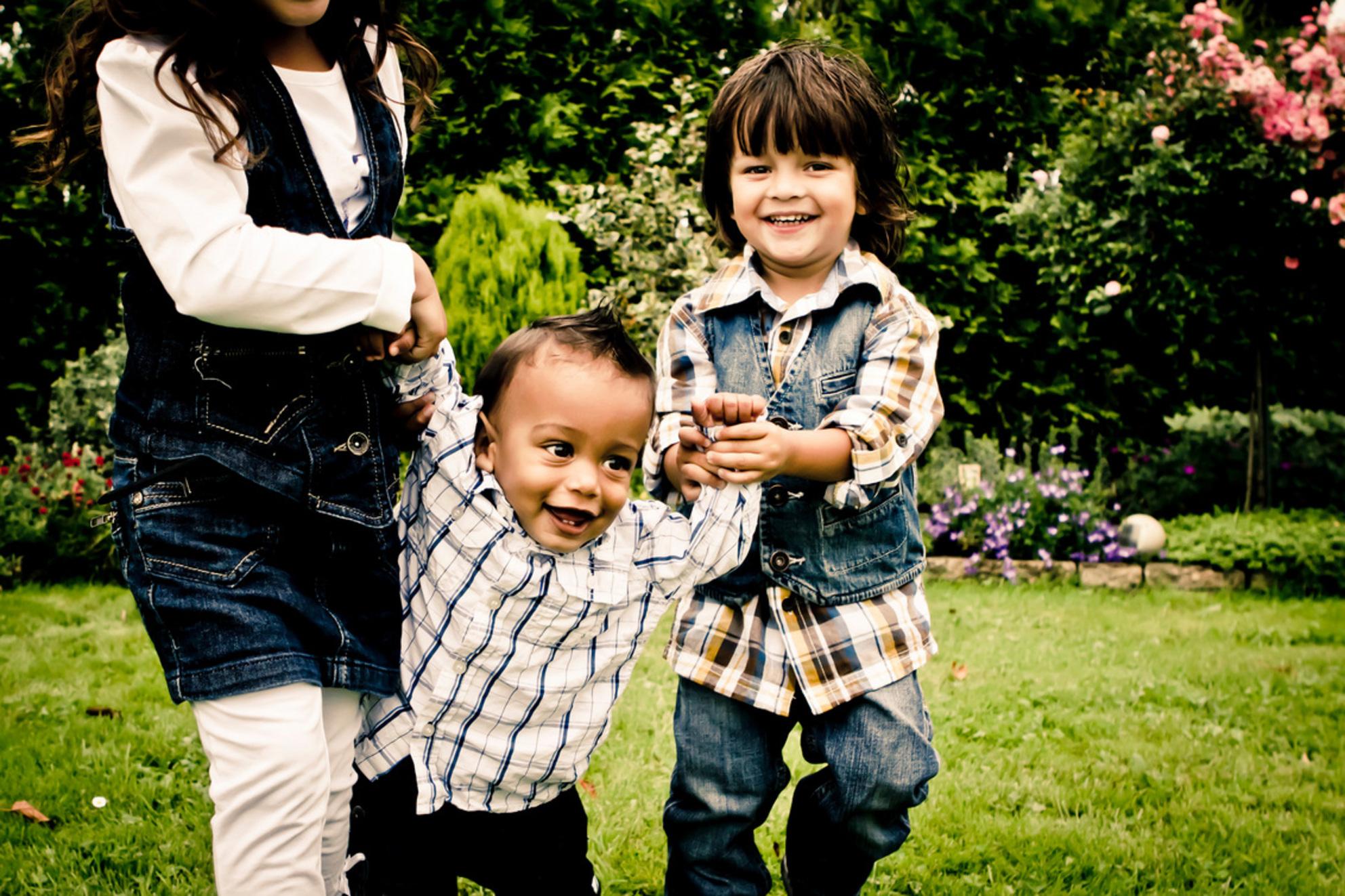 Samen lopen - Kinderen helpen de baby met lopen - foto door merlevanson op 10-09-2011 - deze foto bevat: portret, zomer, kinderen, lachen, actie, plezier, compositie, lopen