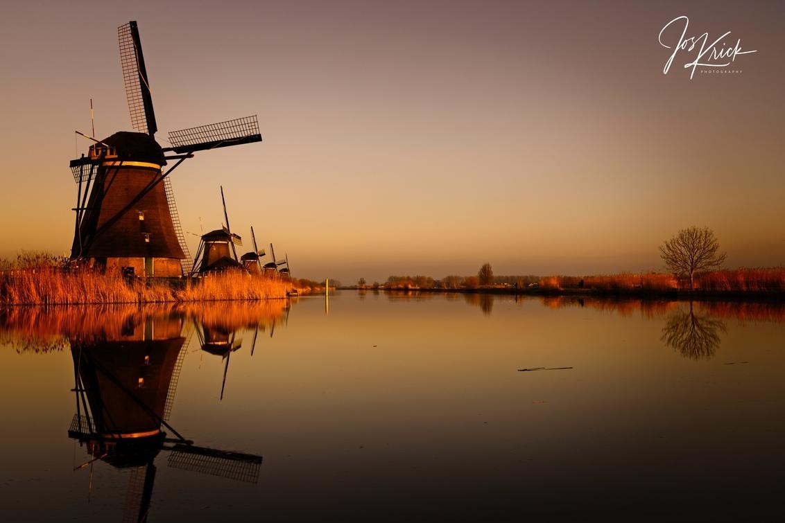 SUnset Kinderdijk - Prachtige zonsondergang Kinderdijk - foto door Jos-Krick-Photography op 06-03-2021 - deze foto bevat: lucht, water, licht, avond, zonsondergang, spiegeling, landschap, molen, polder, lange sluitertijd