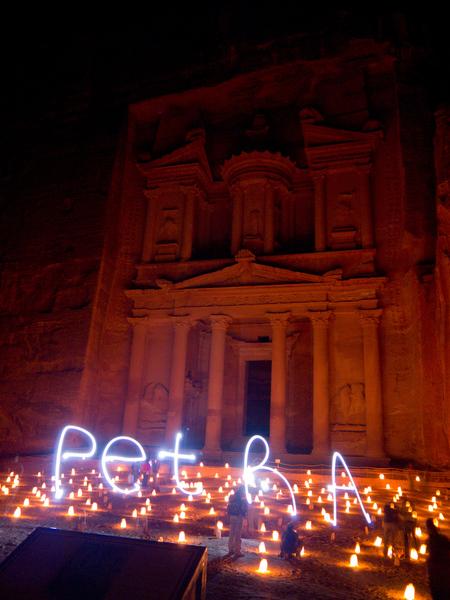 Petra at night - Dit is de khazneh in Petra (Jordanië) @ Night. Veel kaarsen sfeervolle muziek en natuurlijk een klein beetje 'light-painting'. - foto door drdekker op 09-08-2013 - deze foto bevat: petra, jordanie, nacht fotografie, Khazneh