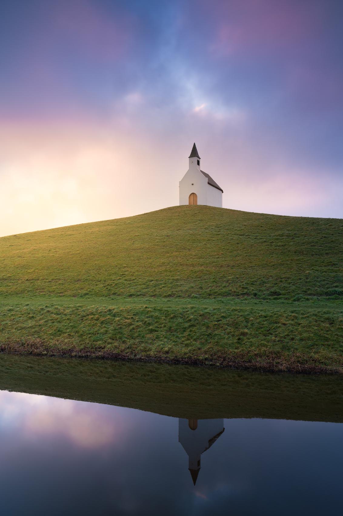 Morning glory - Mooi in z'n eenvoud - foto door renevierhuis op 03-03-2021 - deze foto bevat: lucht, wolken, zon, water, natuur, licht, spiegeling, landschap, zonsopkomst, kerkje, heuvel, lange sluitertijd