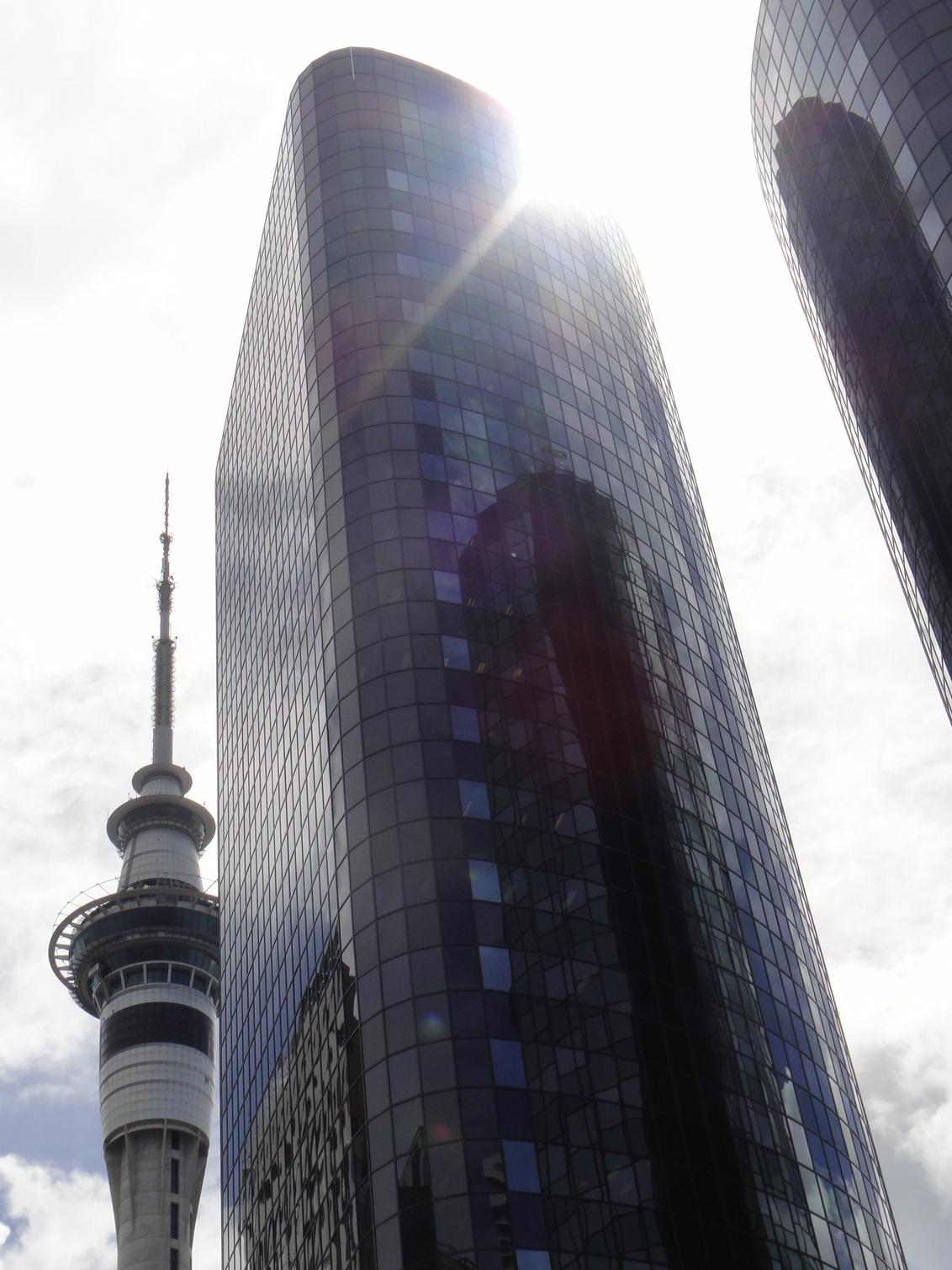 Auckland - Foto van de architectuur  in Auckland. Links zie je de beroemde Sky-city toren. - foto door Krulkoos op 24-02-2015 - deze foto bevat: blauw, zon, abstract, architectuur, gebouw, wolkenkrabber, auckland, wolkenkrabbers, nz, nieuw zeeland