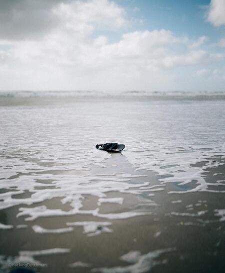 Verloren - Een pet, aangespoeld of weggewaaid?    ©MotionMan 2020 - foto door motionman op 19-07-2020 - deze foto bevat: lucht, strand, zee, water, vakantie, nat, perspectief, kust, vintage, pet, sfeer, gevoel, verloren, grappig, zeewater, aangespoeld, alleen, speels, sfeervol, wijd, droevig, 35mm, sigmaart