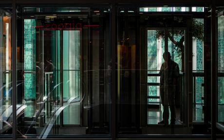 Man bij lift