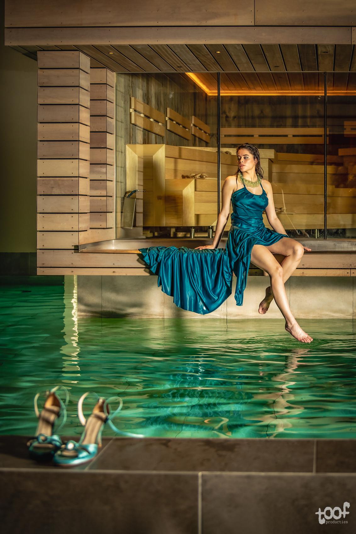 Left her shoes behind... - locatie: SpaOne Styling: L'agoB Breda model: Luna - foto door toof op 25-02-2021 - deze foto bevat: vrouw, water, licht, portret, model, flits, nat, nikon, fashion, beauty, schoenen, emotie, glamour, zwembad, sauna, mode, fotoshoot, flitser, d750