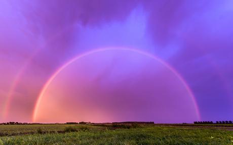 Dubbele regenboog bij zonsondergang