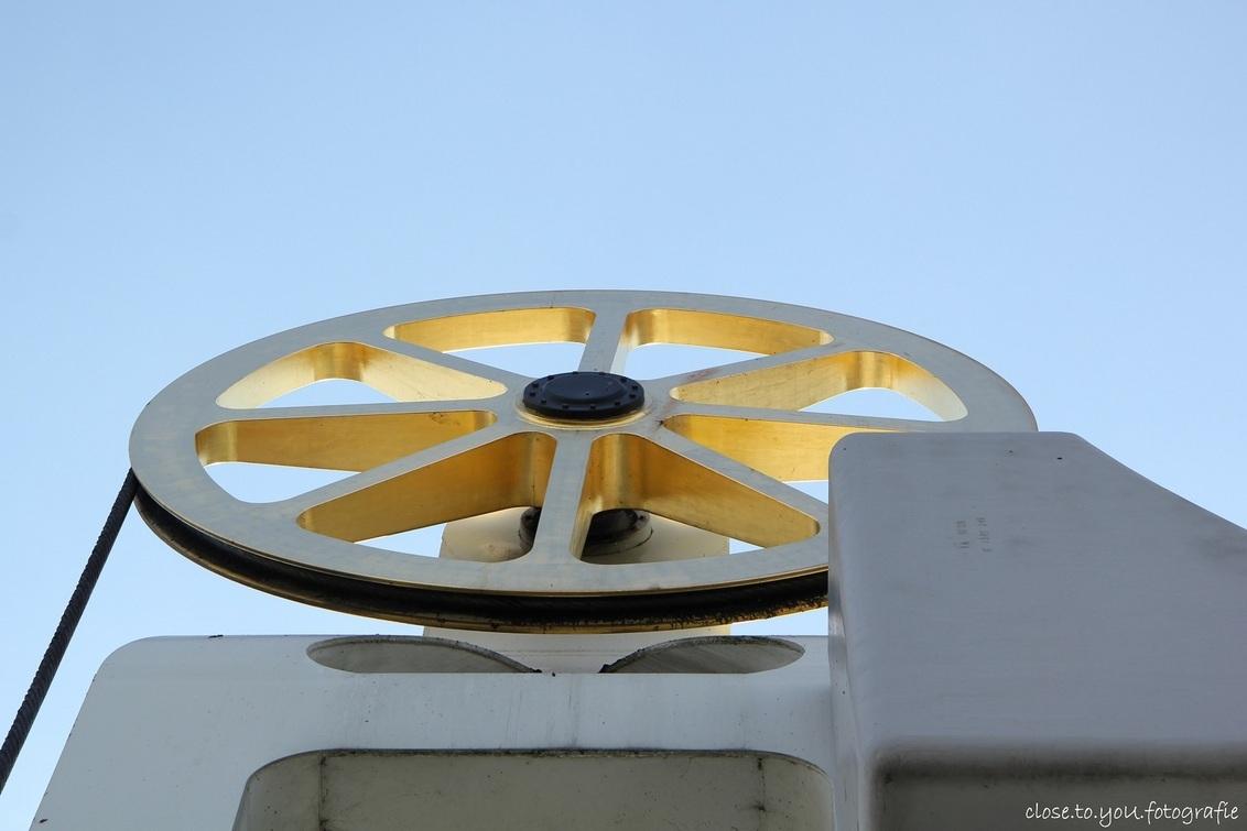 voor de luchtfietsers onder ons... - het wiel in de top centraal waarover de kabel trouw overheen bewogen wordt om de brug te bedienen. - foto door close.to.yoU.fotografie op 19-03-2013