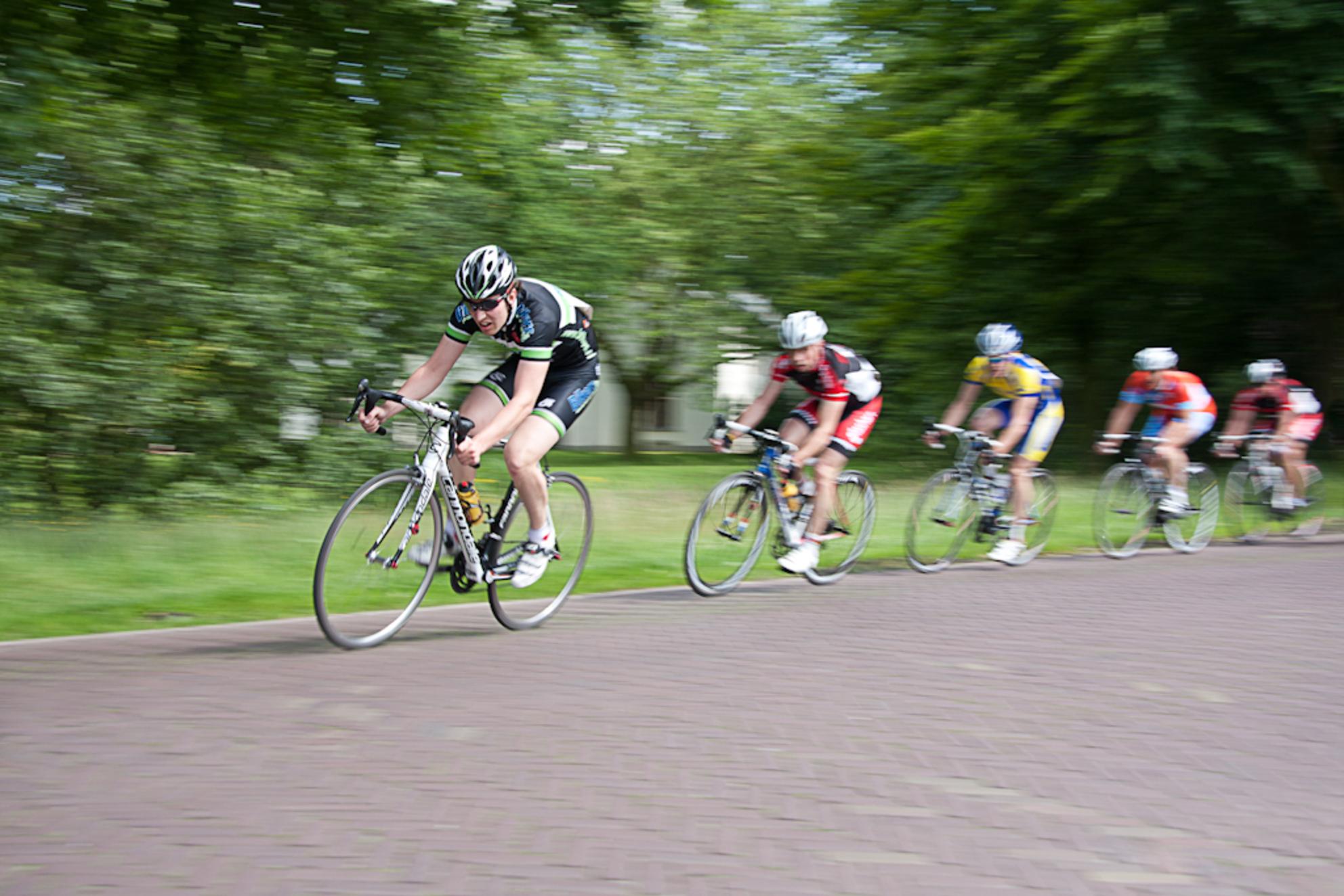 Speed - Tijdens de lokale wielerronde even geoefend in het meetrekken met de camera om zo de snelheidsbeleving van de wielrenners vast te kunnen leggen. Hier - foto door oostindienjp op 01-07-2012 - deze foto bevat: speed, snelheid, fietsen, wielrennen, wielerronde, racefiets, scherpte, onscherpte, achtervolging, renners - Deze foto mag gebruikt worden in een Zoom.nl publicatie