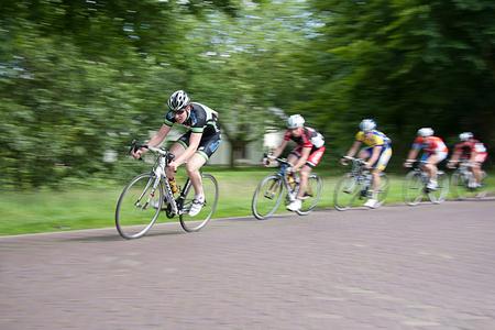 Speed - Tijdens de lokale wielerronde even geoefend in het meetrekken met de camera om zo de snelheidsbeleving van de wielrenners vast te kunnen leggen. Hier - foto door oostindienjp op 01-07-2012 - deze foto bevat: speed, snelheid, fietsen, wielrennen, wielerronde, racefiets, scherpte, onscherpte, achtervolging, renners
