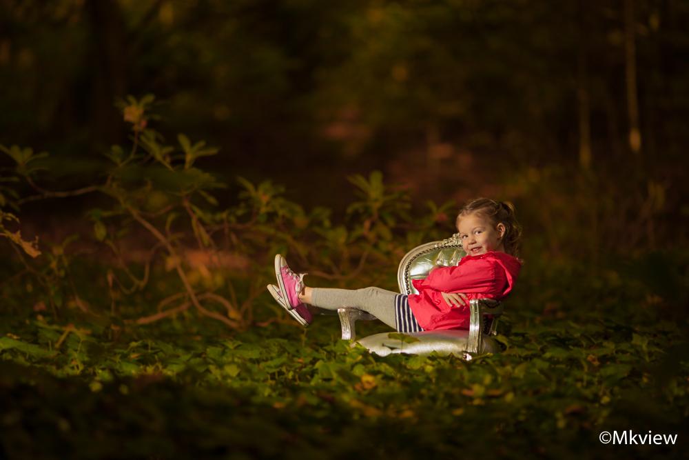 Sit and relax - Het tweede en laatste resultaat van de fotoshoot in het bos. Ik heb gebrik gemaakt van een losse flitser (links hoog) om het model uit te lichten.  - foto door mkview op 25-10-2014 - deze foto bevat: licht, herfst, portret, schaduw, bos, flits, kind, canon, meisje, lief, stoel, fotoshoot, flitser, strobist, lightroom