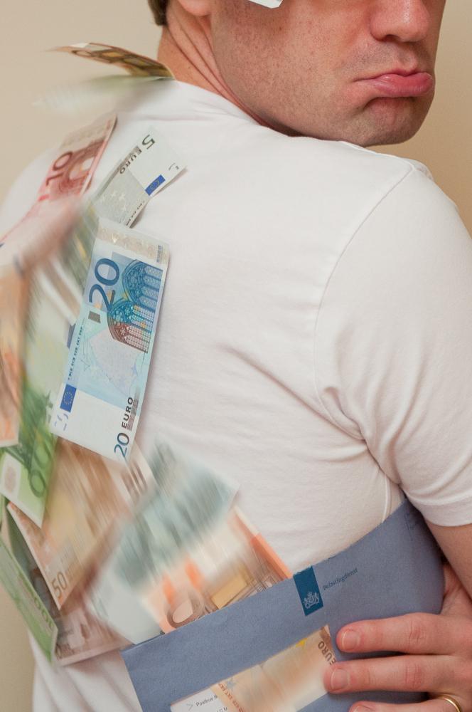 geld op je rug.. - De nieuwe D4 is er..  Dit zooooveel oplossen :-) - foto door longtall op 29-01-2012 - deze foto bevat: portret, money, geld, belasting, xlphoto, geld op je rug