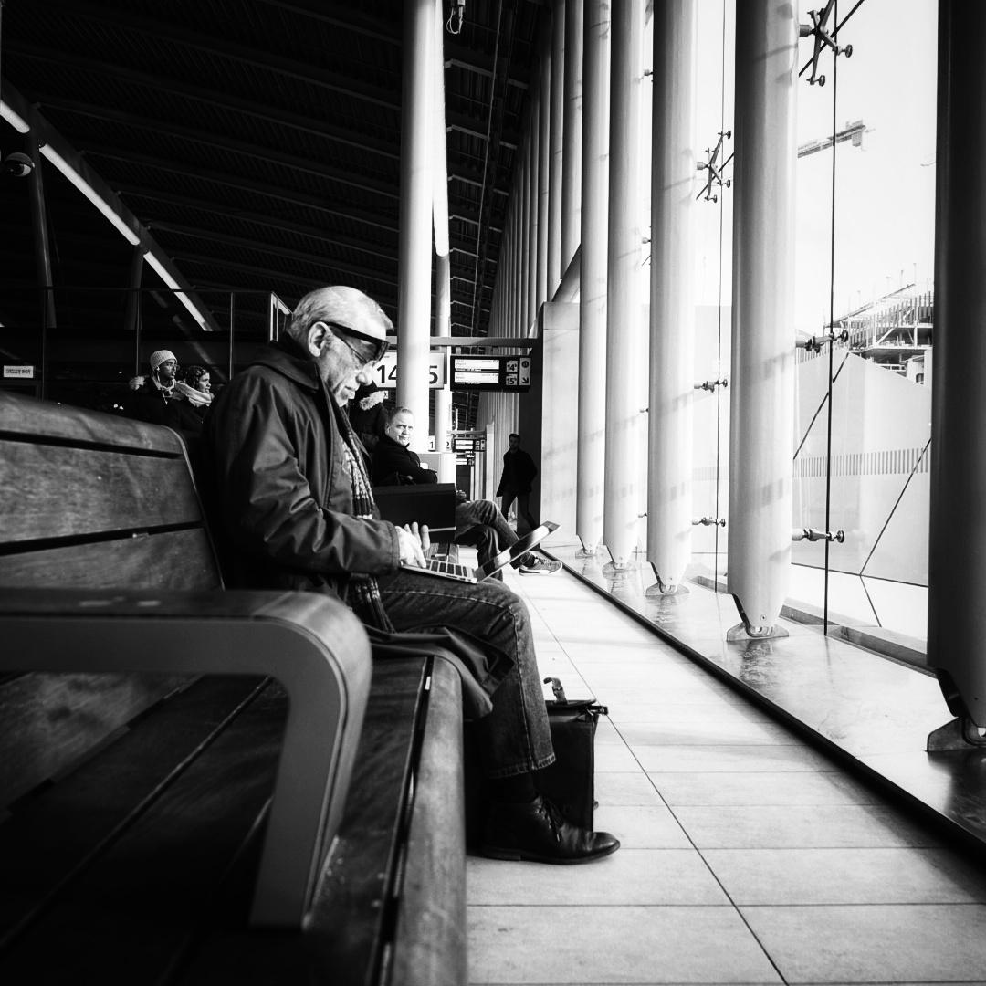 Working Class Hero - - - foto door Jules_zoom op 05-03-2021 - deze foto bevat: man, station, portret, zwartwit, utrecht