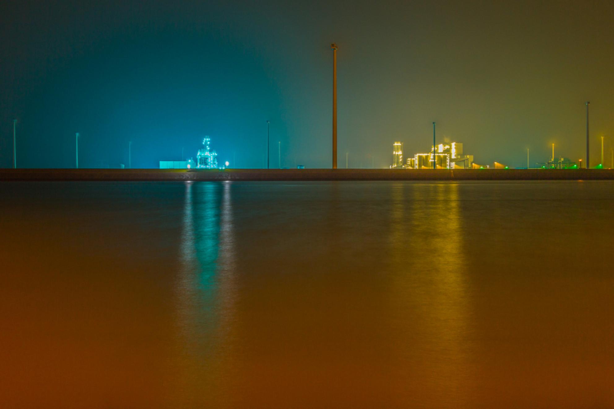 Beams - Beams  Geïnspireerd door foto's die ik vandaag voorbij zag komen, ben ik vanavond naar de Eemshaven geweest om wat nachtfotografie te doen.  Long - foto door ilahpor op 01-03-2014 - deze foto bevat: blauw, water, geel, oranje, nachtfotografie, aqua, eemshaven, istvan, Long-exposure, Lahpor - Deze foto mag gebruikt worden in een Zoom.nl publicatie