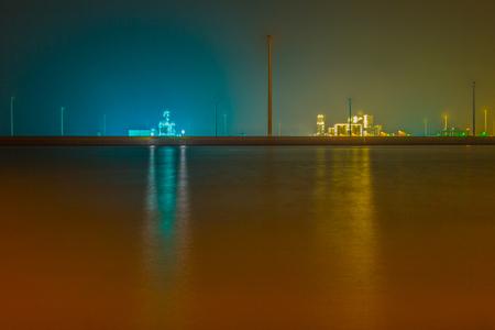 Beams - Beams  Geïnspireerd door foto's die ik vandaag voorbij zag komen, ben ik vanavond naar de Eemshaven geweest om wat nachtfotografie te doen.  Long - foto door ilahpor op 01-03-2014 - deze foto bevat: blauw, water, geel, oranje, nachtfotografie, aqua, eemshaven, istvan, Long-exposure, Lahpor