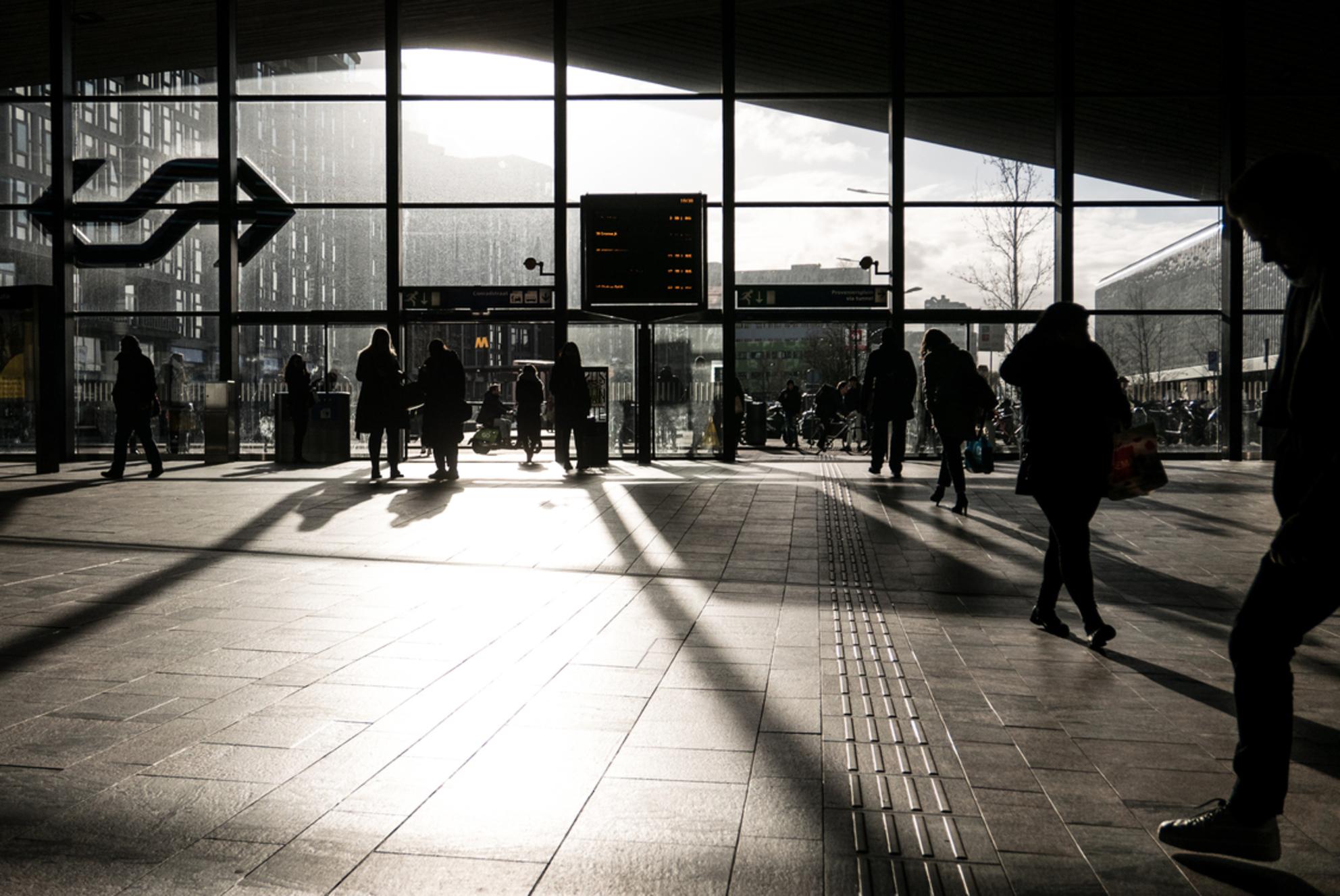 Rotterdam - Centraal Station - Avondzon en het centraal station van Rotterdam. - foto door Krulkoos op 16-03-2020 - deze foto bevat: station, mensen, zon, rotterdam, zonsondergang, reizen, schaduw, tegenlicht, stad, holland, nederland, ns, streetlife, straatfotografie, train, reisfotografie, public, streetphotography, slagschaduw, centraal station, rotterdam centraal, Netherland, maurice weststrate, lx100 - Deze foto mag gebruikt worden in een Zoom.nl publicatie