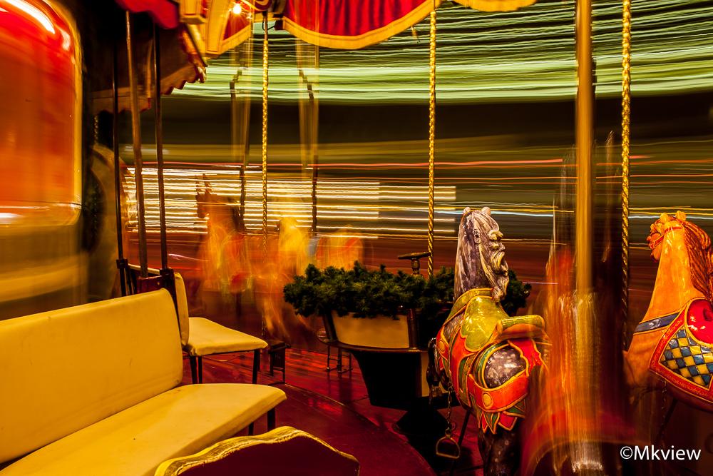 Draaimolen - Een ritje in de draaimolen. Met een beetje proppen paste er ook een statief in het karretje. Dus ik kon lekker experimenteren met lange sluitertijden - foto door mkview op 18-12-2015 - deze foto bevat: donker, kleur, abstract, licht, avond, beeld, schaduw, kunst, kermis, draaimolen, nachtfotografie, beweging, details, longexposure, lichtstrepen