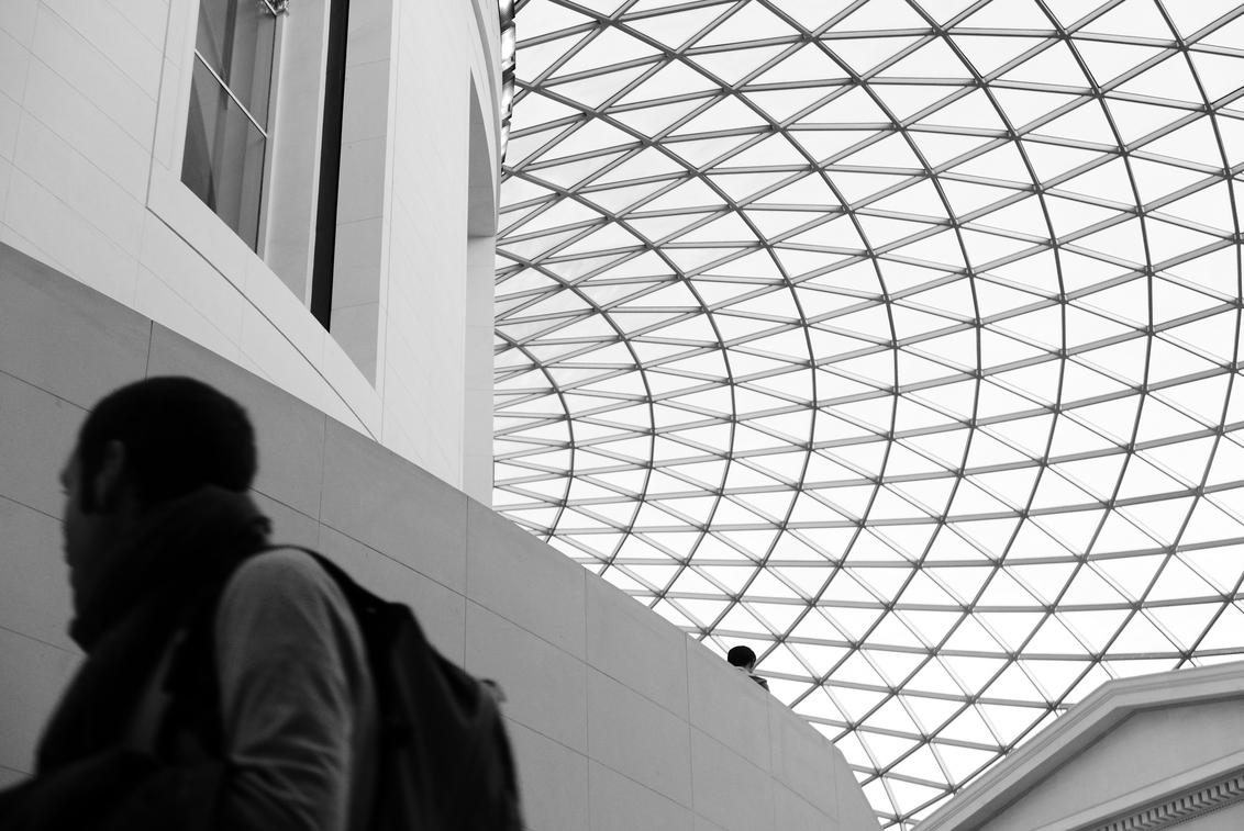 "Londen - British Museum - Foto genomen in het mega grote ""British Museum"", Londen, Engeland. - foto door Krulkoos op 18-12-2019 - deze foto bevat: abstract, londen, architectuur, gebouw, museum, zwartwit, modern, dak, engeland, rond, zwartwitfotografie, z/w, zwart wit, british museum, maurice weststrate, lx100"