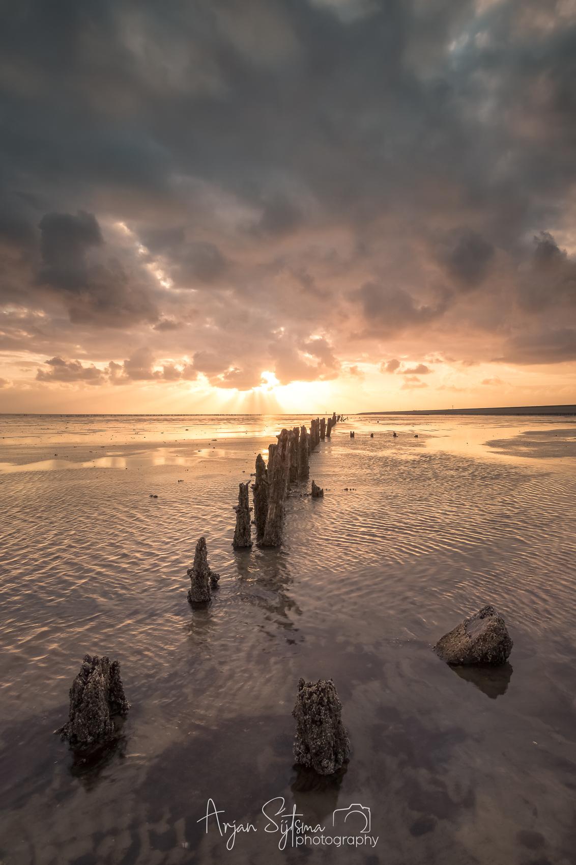 Na regen komt zonneschijn - - - foto door ArjanSijtsma op 14-05-2019 - deze foto bevat: lucht, wolken, zon, strand, zee, water, lente, regen, bui, licht, spiegeling, landschap, tegenlicht, zonsopkomst, zand, kust, eb, zonlicht, wadden, waddenzee, wad, regenbui, wierum, lange sluitertijd, laag water