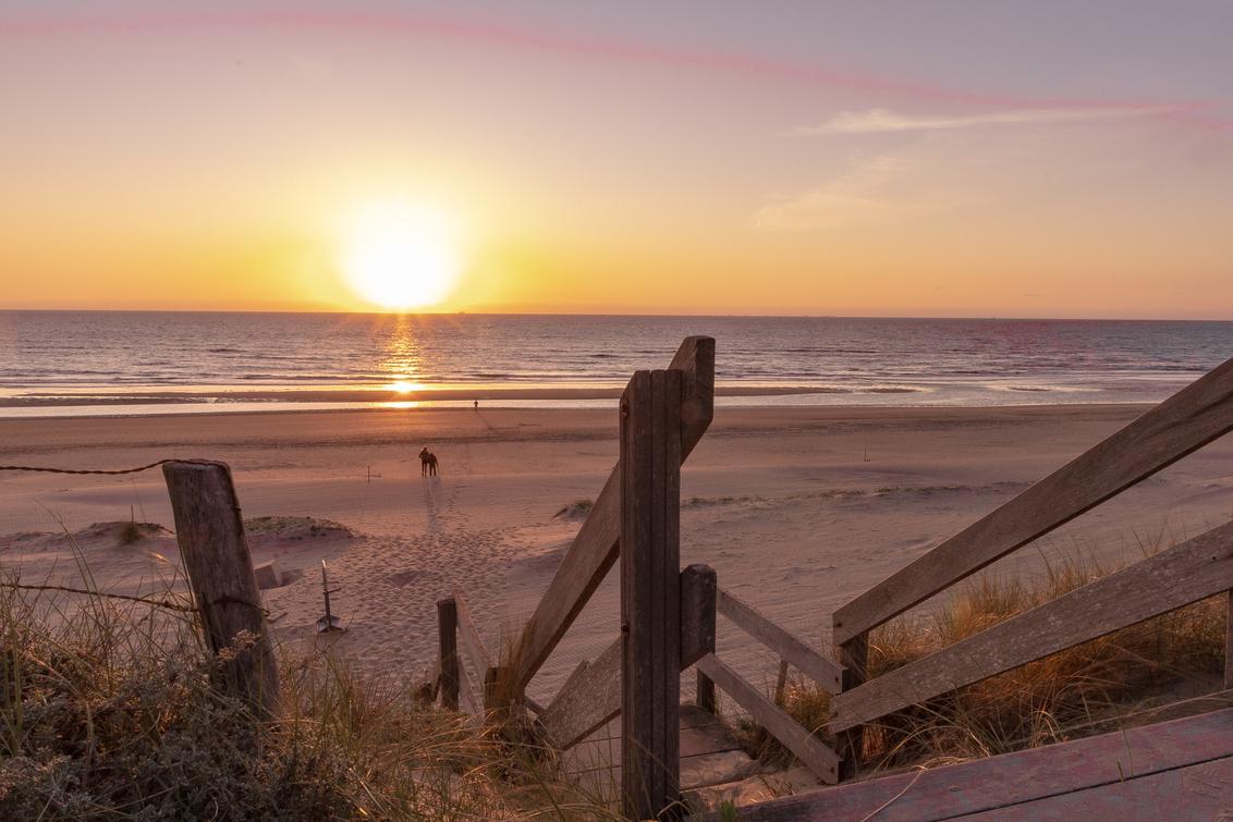 even lekker romantisch - Heerlijk even op het strand bij zonsondergang - foto door JolandavanDijk op 09-07-2020 - deze foto bevat: strand, panorama, natuur, zonsondergang, duinen, tegenlicht, romantiek