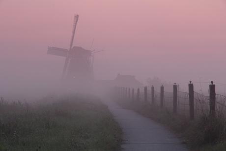 molen in de ochtendmist