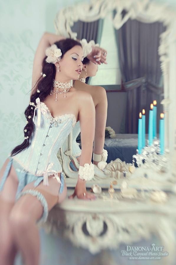 Dreamcatcher - Graag in 't groot bekijken.  Ik had voor deze shoot ook de lensbaby Composer mee en wou toch een wat meer creatieve en dreamy foto. dus dit lenske  - foto door damona-art op 22-07-2012 - deze foto bevat: model, nikon, lensbaby, hotel, bruid, lingerie, shoot, victoriaans, kamer, corset, stockings, boudoir, vanity, d300, composer, Damona, Deathbird