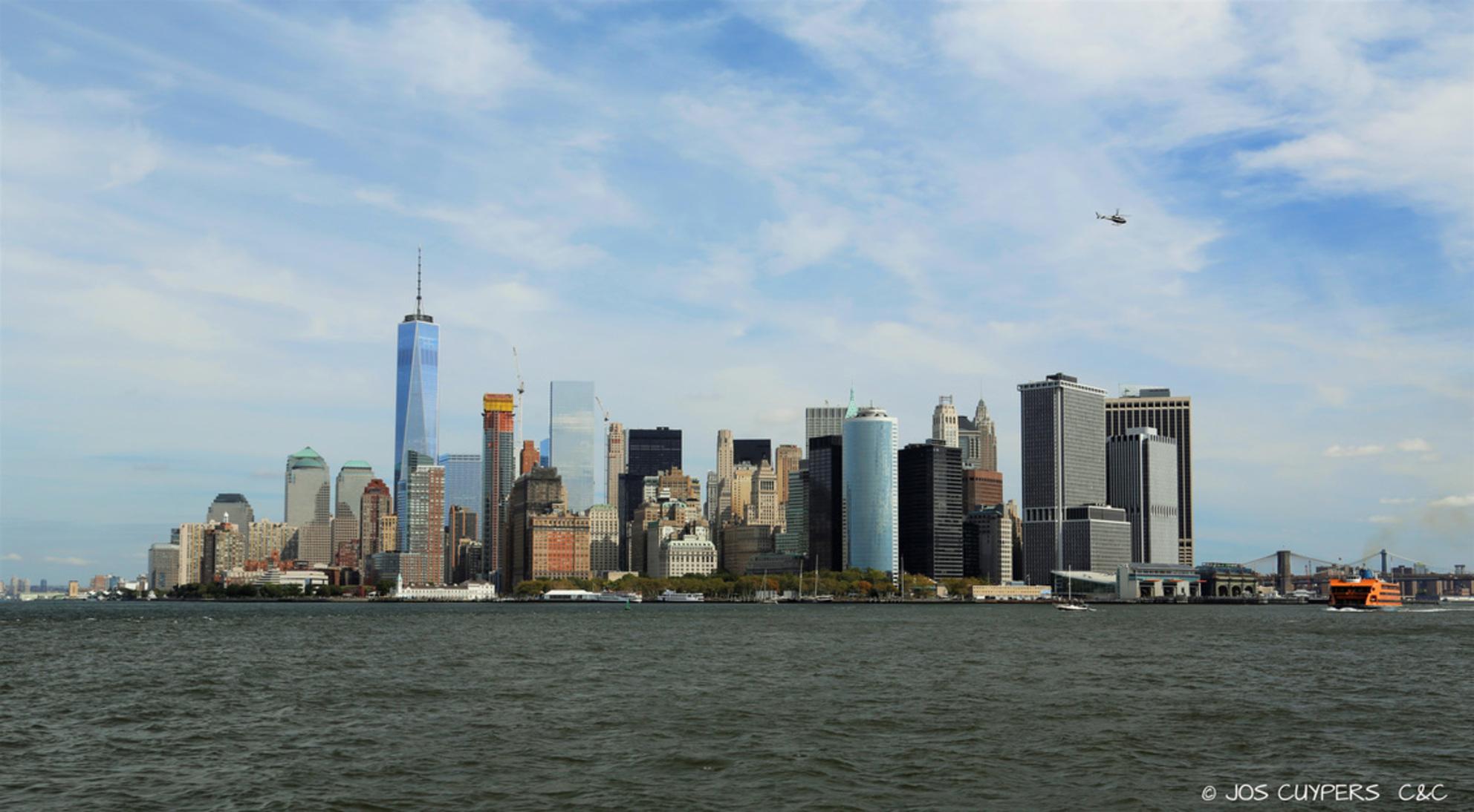 _T5B9719A - De skyline van New York is erg mooi. Ik had geluk met mooi licht en een goed standpunt op de boot. - foto door ccphotography op 11-10-2015 - deze foto bevat: skyline, hudson, New York, hudson river - Deze foto mag gebruikt worden in een Zoom.nl publicatie