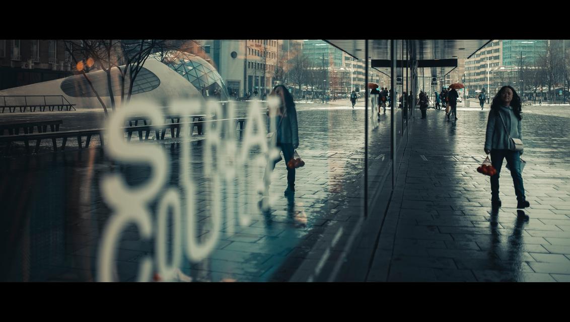 Street Couture - [view full screen] - foto door CHRIZ op 05-12-2018 - deze foto bevat: vrouw, mensen, straat, spiegeling, reflectie, stad, eindhoven, film, plein, straatfotografie, centrum, 35mm, cinematic, cinematic street