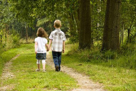 Broer en zus aan de wandel