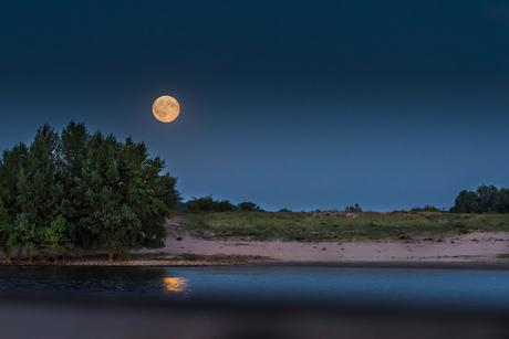 De opkomst va de maan boven de Waal