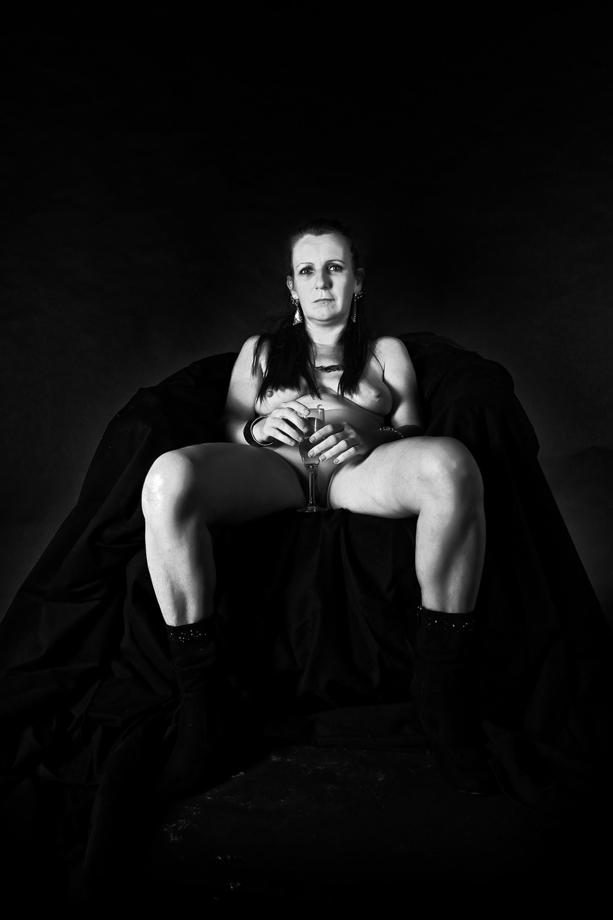 Woman nude in seat with champagne - Studioshoot, zwart wit conversie met Perfect Photo Suite 9. - foto door hybryds op 16-10-2015 - deze foto bevat: vrouw, donker, nude, naakt, hard, sensueel, zwart wit, hybryds, mature woman