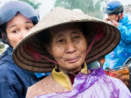 vietnam dame op de kippenmarkt
