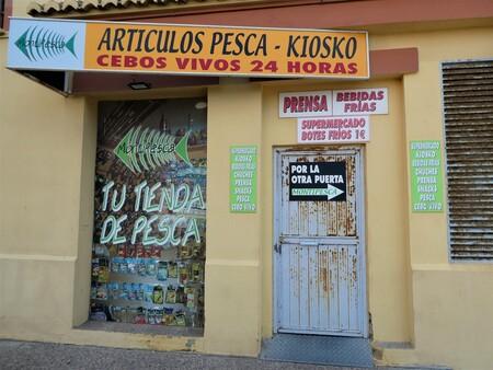 Viswinkel Valencia - Gesloten winkel vis benodigdheden te Valencia - foto door infinex op 03-12-2020 - deze foto bevat: straat, reclame, deur, toerisme, winkel, urbex, viswinkel, lege winkel