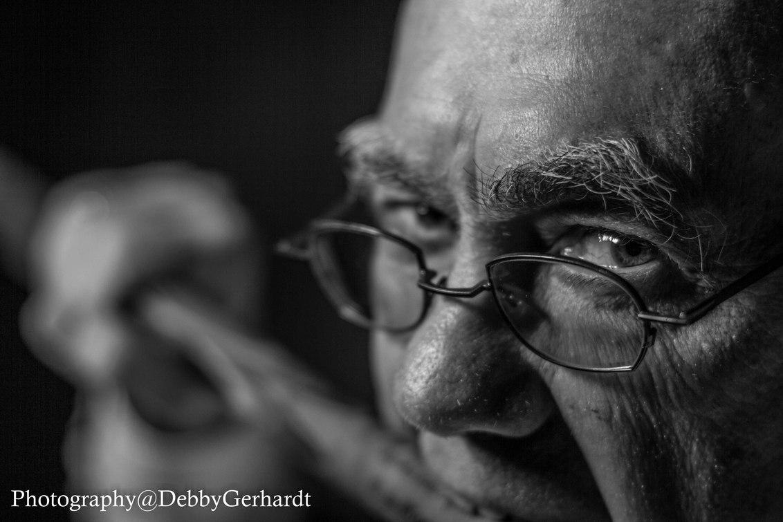 have a bite - Biljarter - foto door debbyvroon op 24-05-2015 - deze foto bevat: man, mensen, donker, sport, licht, portret, schaduw, model, flits, zwartwit, emotie, studio, closeup, fotoshoot, hobby, flitser, lowkey, 50mm