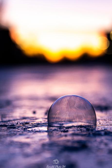 Bevroren zeepbel in de vroege ochtend op het ijs!