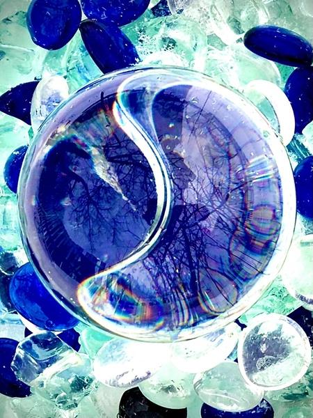 9E613ED3-E327-4393-A34E-0EE6BC9EF6EE - Experimenteren met glasbol fotografie - foto door LeonieME op 25-02-2021 - deze foto bevat: glas, abstract, licht, spiegeling, kunst, reflecties