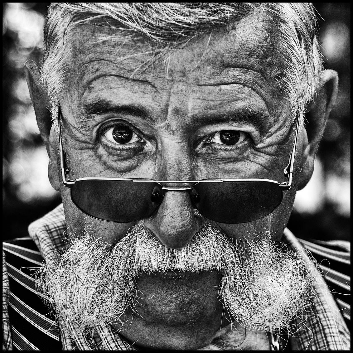 Kunstenaar - - - foto door etiennec op 30-11-2015 - deze foto bevat: man, portret, zwartwit, straatfotografie